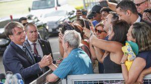 Bolsonaro fala com apoiadores